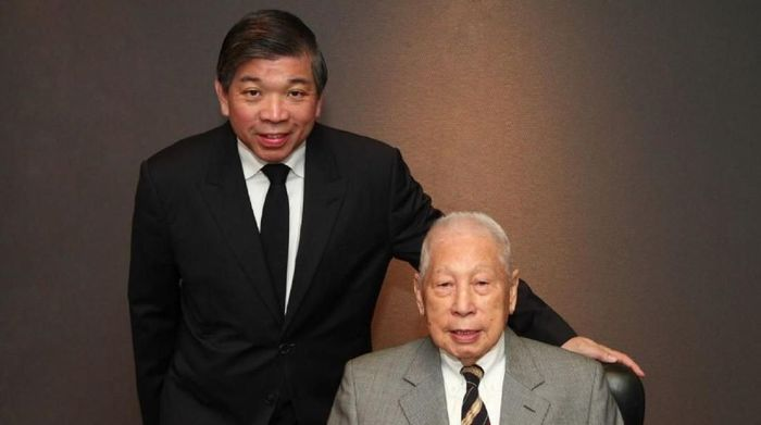 Teo Siong Seng (kiri) dan ayahnya Chang Yun Chung (kanan) pendiri Pacific International Lines/PIL. Foto: CNBC/Pacific International Lines