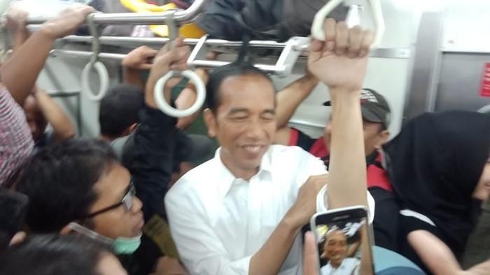 Perjalanan naik kereta memaksa seseorang untuk jalan kaki menuju stasiun (Foto: Jokowi naik KRL dok. Istimewa)