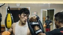 Pesona Kenny Haryanto benar-benar keren banget deh! Dengan gaya sekeran Spiderman, lihat nih gayanya gelantungan melatih tubuhnya lebih kuat.