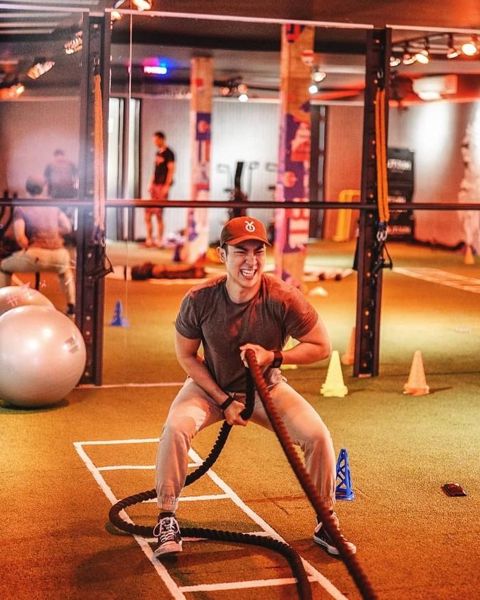 Selain Calisthenics, sebenernya gue menganjurkan kalian untuk latihan beban. Kenapa? Karena, pada dasarnya Calisthenics hanya latihan beban tubuh, dan modifikasi latihannya jauh lebih susah daripada latihan di Gym, tulis Kenny. (Foto: Instagram/kennyharyanto, ditampilkan atas izin yang bersangkutan.)
