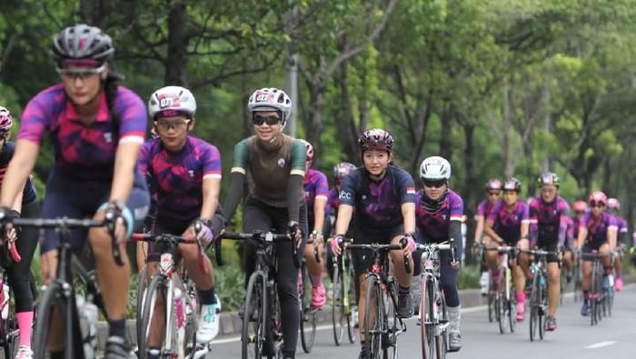 Ada banyak cara yang bisa dilakukan supaya kulit tidak belang saat gowes sepeda. (Foto: PR Womens Cycling Community)