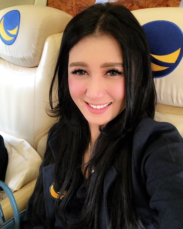 Wanita dengan nama lengkap Livy Andriany Djamaris ini mengawali karir sebagai aktris dan model. Namun kini ia terjun ke dunia politik dengan menjadi caleg DPR RI dari partai Nasdem. Foto: instagram @livyandriany
