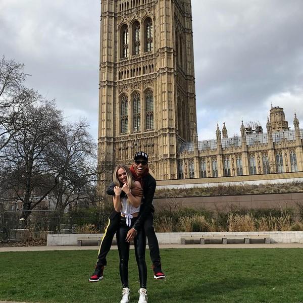 Pose yang sama diulangi David ketika mengucapkan ulang tahun ke Winona. Dari latar belakangnya, sepertinya mereka berfoto di London, Inggris. (Instagram/@davidneres)