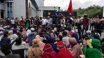 Warga Duduki Kantor Gubernur Sultra, Tembakan Gas Air Mata Maletus