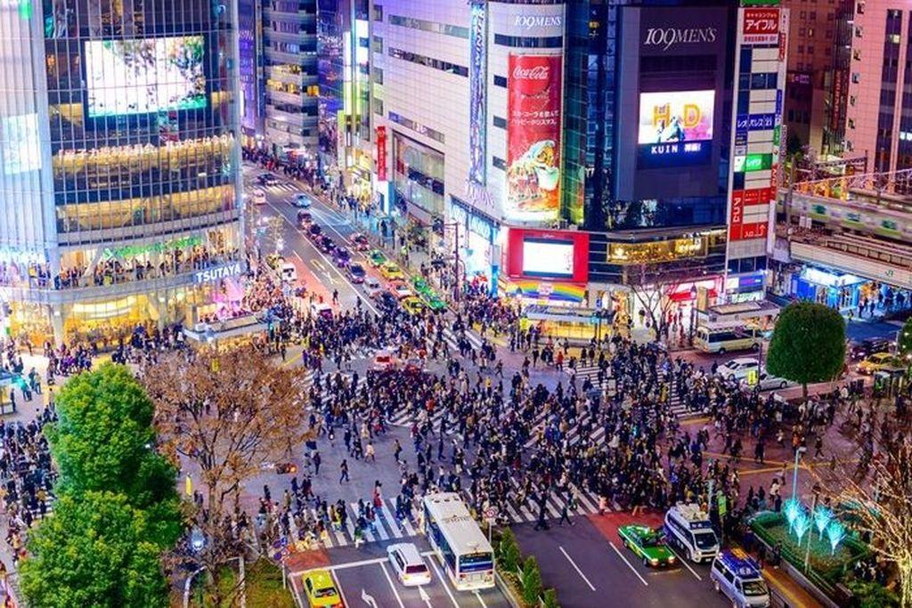 Shibuya Crossing pada masa sekarang yang sangat ramai dan menjadi tujuan turis. Ketertiban terlihat tak berubah walau suasananya sudah berbeda dari masa silam. Foto: Vintages