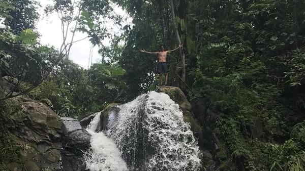 Host MTMA Marshall Sastra berenang dan lompat dari ketinggian 9 meter dan menikmati suasana di Curug Ciangin. (My Trip My Adventure)