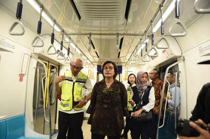 Sri Mulyani menjajal moda raya terpadu (MRT) Jakarta sekitar pukul 15.30 WIB.Istimewa/Kementerian Keuangan.