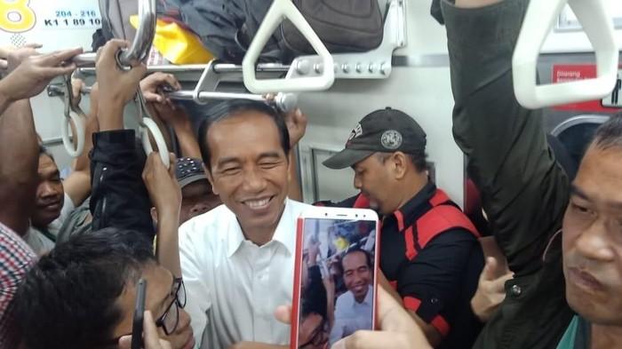 Ajari Anak Kesederhanaan ala Presiden Jokowi, Santai Naik KRL/ Foto: Jokowi naik KRL (dok. Istimewa)