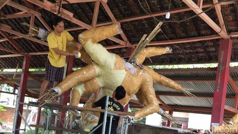 Proses pembuatan ogoh-ogoh di Lombok (Harianto/detikTravel)