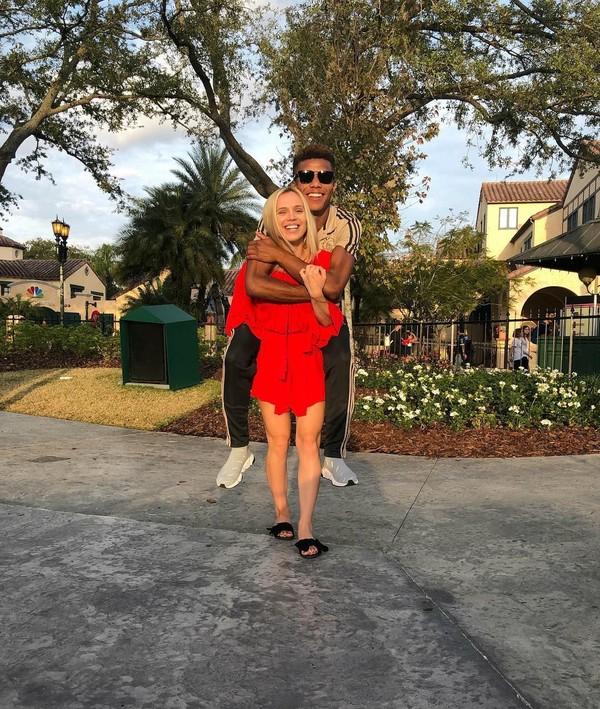 Saat main ke Universal Studio di Orlando, AS mereka bahkan sempat gendong-gendongan. Lebih tepatnya David minta gendong di punggung Winona. (Instagram/@karawinona)