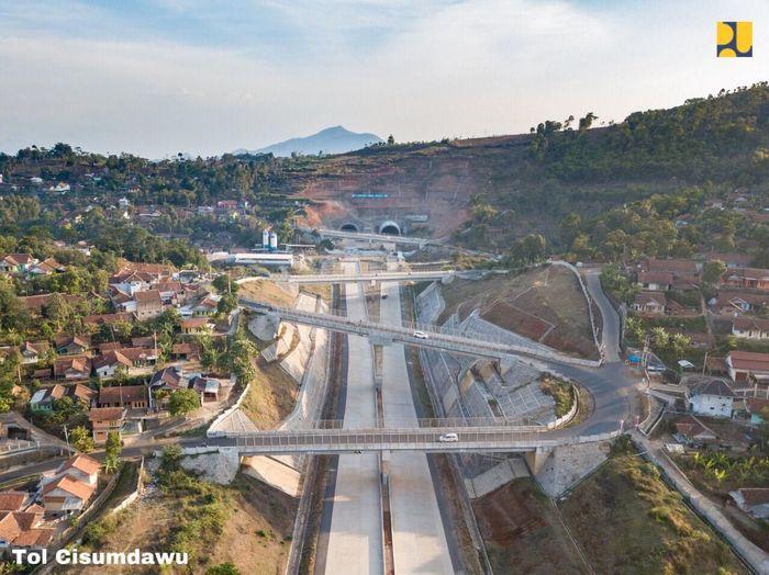 Tol ini memiliki medan yang cukup sulit karena melewati bukit sehingga harus dibangun jalur berupa terowongan. Foto: Dok. Kementerian PUPR