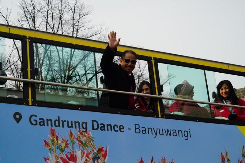 Menpar Arief Yahya bergaya di dalam bis pariwisata yang sudah dibranding destinasi Indonesia. Momen itu menjelang pameran wisata terbesar dunia Internationale Tourismus-Börse (ITB) Berlin 2019 (dok Istimewa)