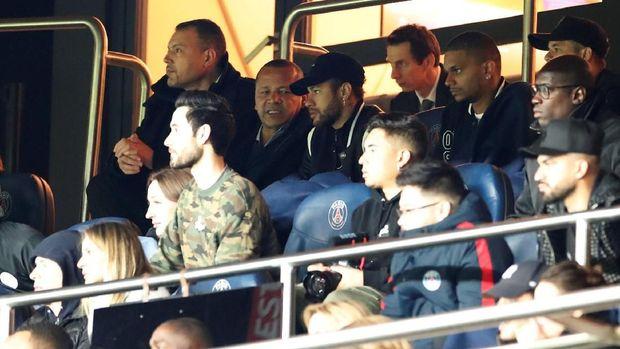 Neymar menyaksikan laga PSG vs Man United di tribune Parc Des Princes.