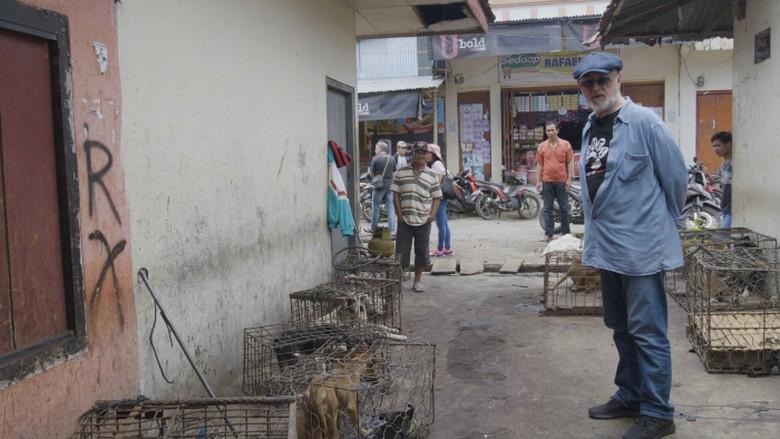 Aktor Inggris Selamatkan Anjing yang akan Dibakar di Pasar Tomohon
