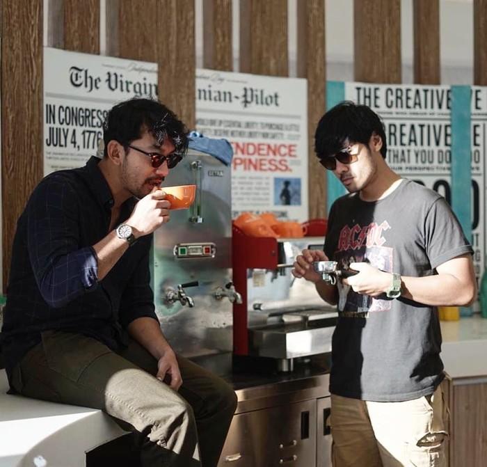 Kecintaan suami Atiqah Hasiholan pada kopi memang amat terlihat. Apalagi usai membintangi film Filosofi Kopi. Foto: Instagram @riodewanto