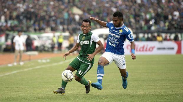 Irfan Jaya sempat menyamakan kedudukan di babak pertama.
