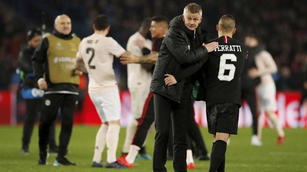 Ole Gunnar Solskjaer melepas rompi usai pertandingan merayakan kemenangan Manchester United 3-1 atas PSG. (