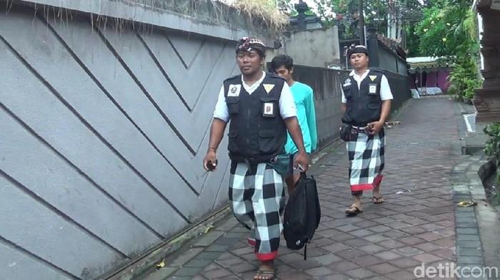 Foto: Berkeliaran di Jalan Saat Nyepi di Bali, Rusli Dihukum Bersihkan WC (Dita-detikcom)