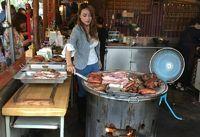 Bantu Orang Tuanya Jual Daging BBQ, Model Cantik Ini Dijuluki 'Ratu BBQ'