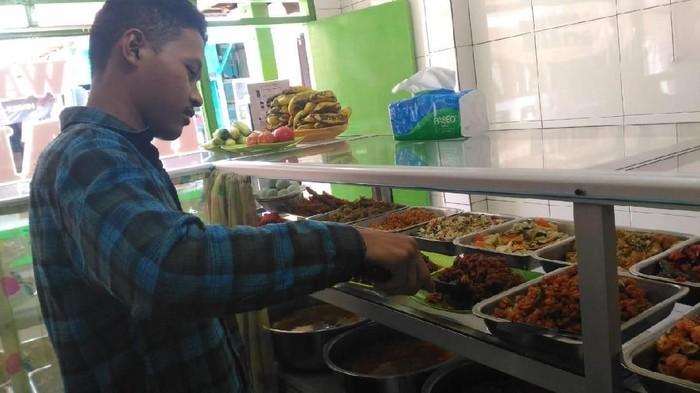 Pilihan menu makan siang di sebuah warteg (Foto: Puti Aini Yasmin)