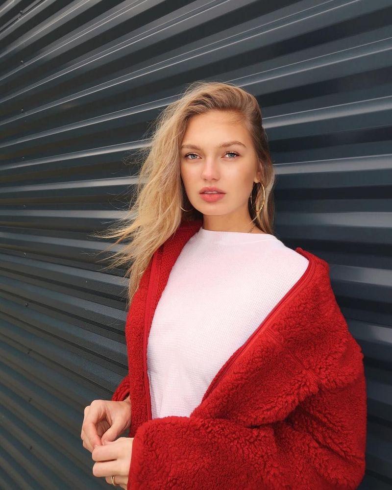 Nama perempuan cantik ini adalah Romee Strijd. Dia seorang model Victorias Secret asal Belanda. (romeestrijd/Instagram)