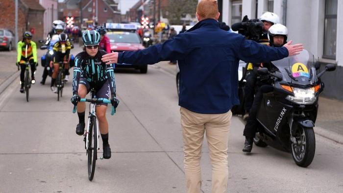 Nicole Hanselmann dihentikan penyelenggara balap sepeda karena dia nyaris melampaui para pembalap putra, meskipun pembalap putra berangkat lebih cepat 10 menit. (Getty Images)