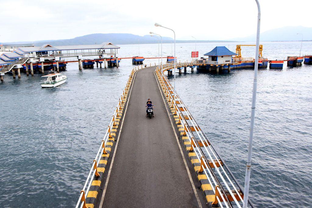 Petugas berjaga di pelabuhan Ketapang, Banyuwangi, Jawa Timur, Rabu (6/3/2019). PT ASDP memberhentikan operasional kapal penyeberangan pelabuhan Ketapang-Gilimanuk pada Rabu 6 maret pukul 23.00 dalam rangka Hari Raya Nyepi Umat Hindu di Bali, dan akan beroperasi kembali pada Jumat 8 Maret mulai pukul 05.55 Wib.ANTARA FOTO/Budi Candra Setya/pd.