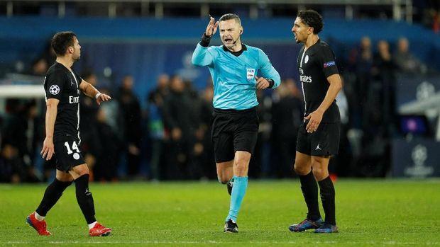 Wasit Damir Skomina saat memberi Man United penalti saat melawan PSG.