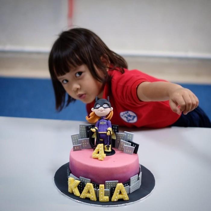 Sewaktu ulang tahun keempat, Kala memilih kue tema superhero. Nah, gaya Kala sudah kelihatan jagoan belum? Foto: Instagram kalamadali