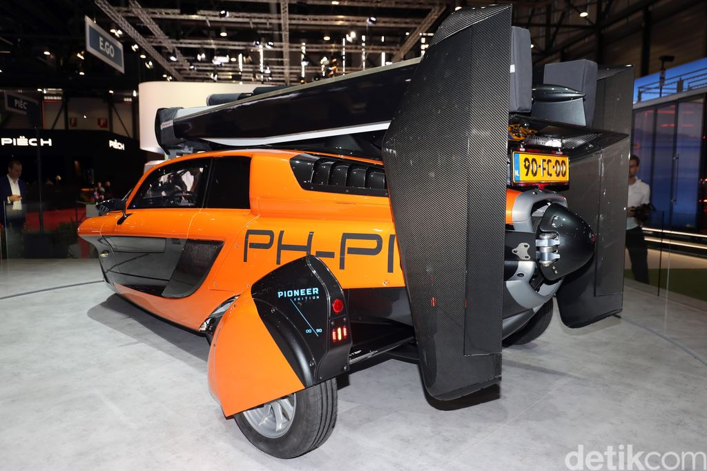 After turning heads at last year's Geneva Motor Show with its production-ready flying car, Pal-V has returned for 2019 with a special edition that it says will actually be first out of the gate. The Pal-V Liberty Pioneer is based on the same flying car shown last year, but with a few extra trimmings to give its limited run of 90 an extra air of exclusivity.