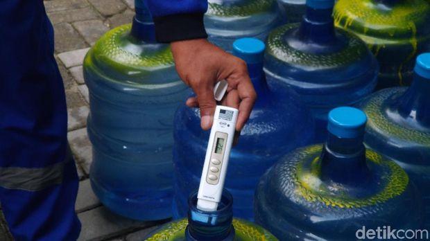 Pemeriksaan tingkat kandungan padatan terlarut (TDS) air produksi instalasi BWRO di Pulau Pramuka.
