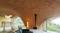 Walaupun berkubah, rumah tetap memiliki lengkungan yang mampu menyiasati masuknya cahaya ke dalam ruangan. Enric Ruiz-Geli/Inhabitat.