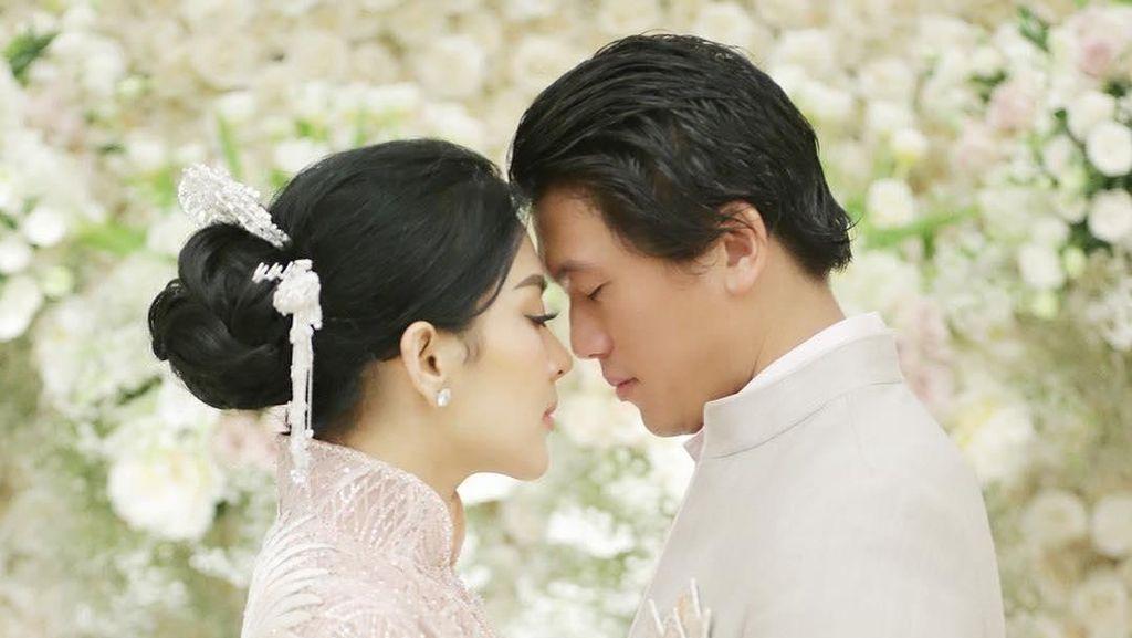 Nggak Mau Lepas Terus Nih! Syahrini Peluk Erat Reino saat Honeymoon di Swiss