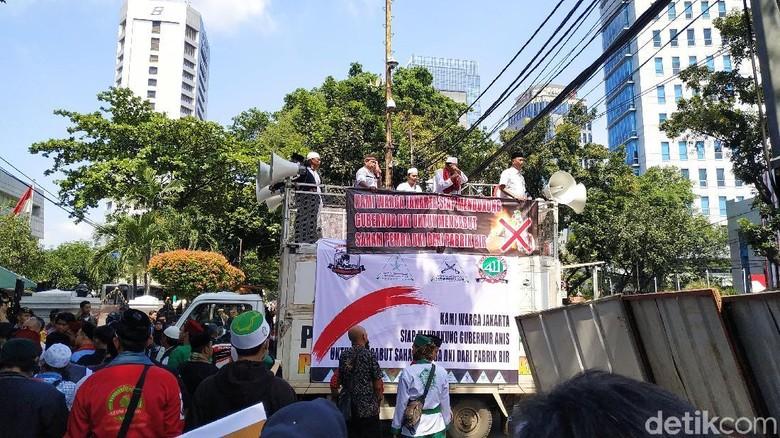Massa Aksi Dukung Jual Saham Bir Pemprov DKI Bubarkan Diri