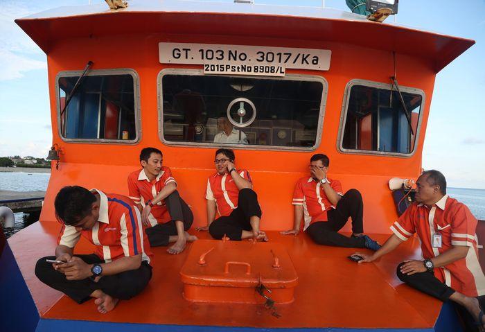 Aktivitas Staf Teras BRI Kapal Bahtera Seva I usai bank tutup. Foto: Pradita Utama/detikcom