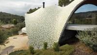 Rumah ini didesain oleh arsitek Enric Ruiz-Geli yang terinspirasi dari arsitektur tradisional Mediterania. Enric Ruiz-Geli/Inhabitat.