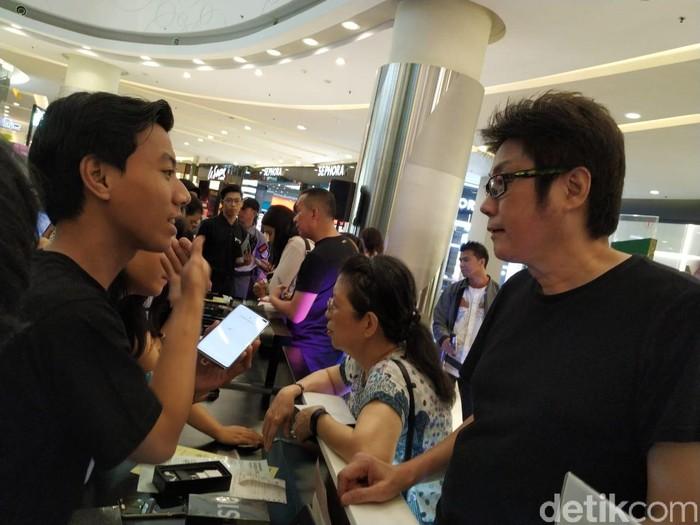 Tony Goh, pembeli pertama Galaxy S10. Foto: Agus Tri Haryanto/inet