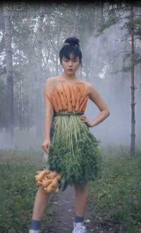 Unik! Model Ini Kenakan Baju Berbahan Wortel Hingga Selada