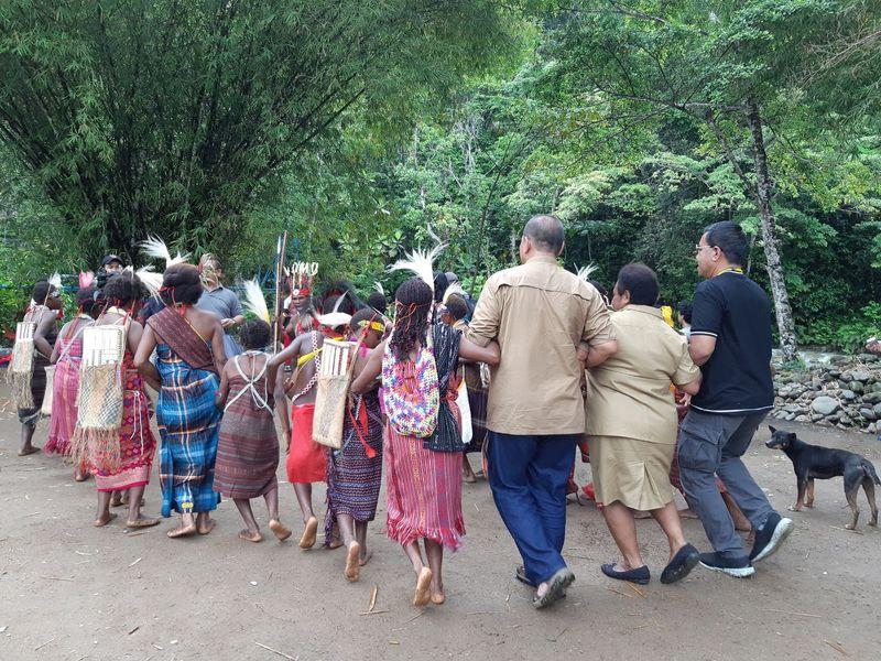 Saat tiba di Desa Siakwa, rombongan disambut oleh tarian uwon, kafuk, yiyo dan poso. (Bonauli/detikTravel)