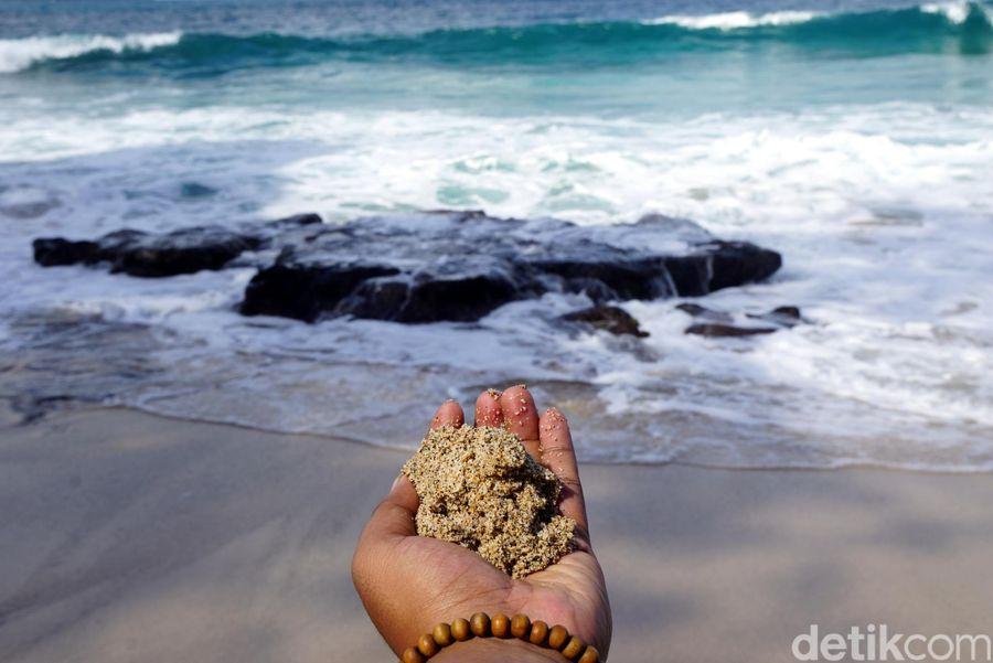 Pantai Kanada memiliki pasir berwarna putih. Butirannya halus dan lembut. Cocok buat main pasir dan duduk-duduk santai. (Wahyu/detikTravel)