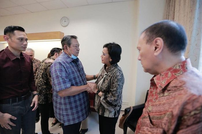 Sri Mulyani menjenguk Ibu Ani Yudhoyono yang sedang dirawat di Rumah Sakit National University Hospital-Singapore. Istimewa/Instagram @smindrawati.