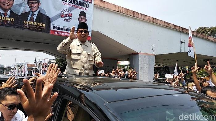Prabowo di Bandung menyapa para pendukungnya. (Foto: Dony Indra Ramadhan)