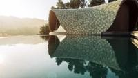 Rumah ini juga dilengkapi kolam renang sehingga menambah kenyamanan sang penghuni. Enric Ruiz-Geli/Inhabitat.