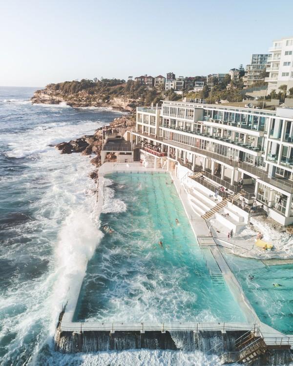 Bondi Beach memang jadi destinasi wajib di Australia. Nah, di pinggir pantai ini terdapat Bondi Icebergs yang terkenal dengan pemandangan ombak saat menghantam pinggiran kolam renang publik. (@benmack_)