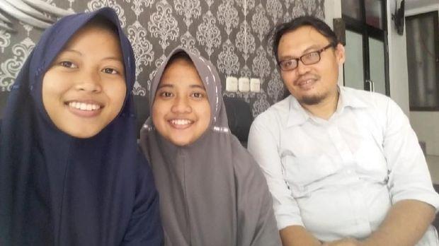 Peneliti 'ngupil' Riskyatush Shalihah, Qonitita Luthfiyah Amirah, bersama guru pembimbing Yan Surono.