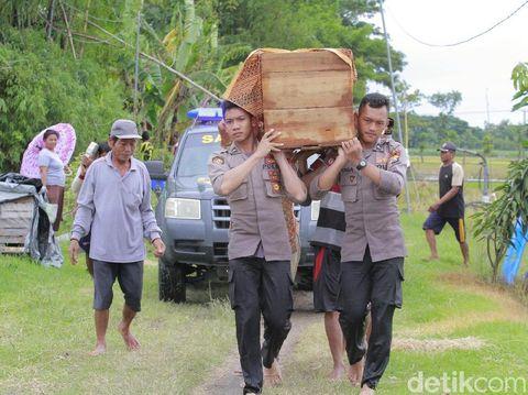 Potret polisi Ngawi bawa jenazah warga yang tengah kebanjiran