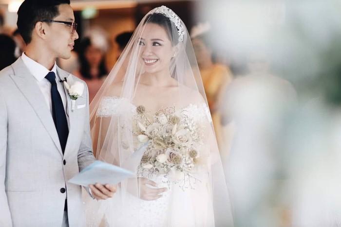 Jarang mengumbar kemesraan saat pacaran, presenter cantik Yuanita Christiani akhirnya melepas masa lajangnya dengan pengusaha bernama Indra Wiguna Tjipto. Pernikahannya berlangsung mewah di salah satu kapal pesiar yang berada di Singapura. Foto: Instagram @yuanitachrist