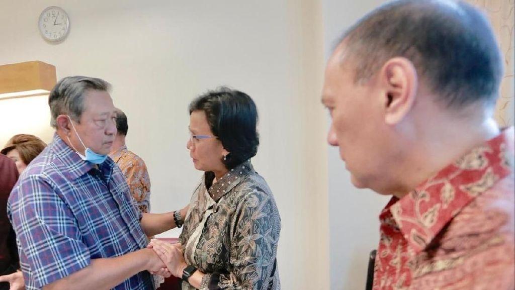 Sri Mulyani Jenguk Ibu Ani Bareng 2 Menkeu Era SBY