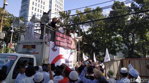 Massa Aksi Dukung Anies Jual Saham Bir Pemprov DKI Bubarkan Diri