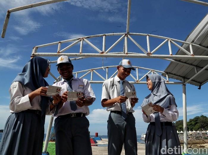BRI mengajak anak muda Indonesia untuk mulai menabung sejak dini. Anak-anak SMA di Pulau Pramuka, Kepulauan Seribu pun telah memulai kegiatan itu bersama BRI.
